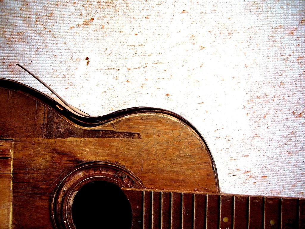 violao | img do violão jogado praticamente fora no quintal ...