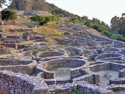 Ruinas del pueblo Celta del monte Santa Tecla, Pontevedra ...