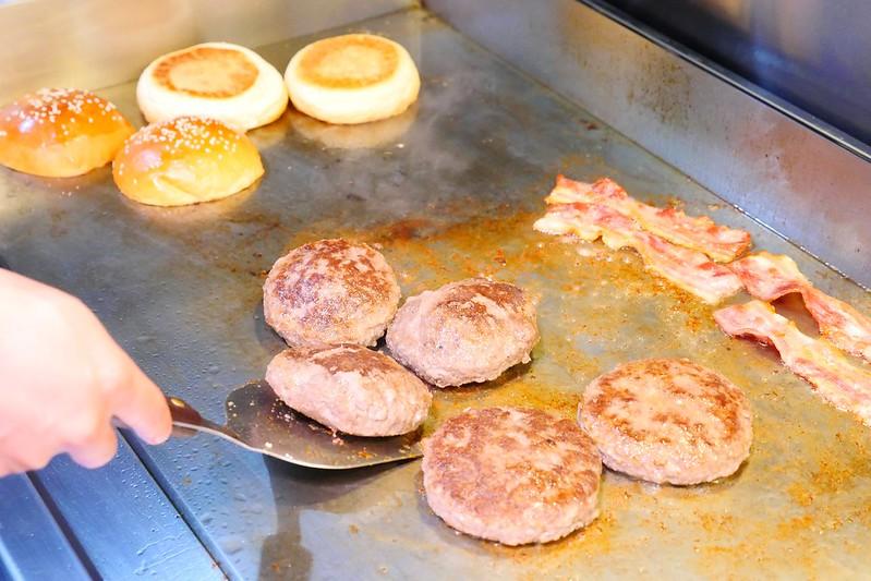 32077836794 2a3abeb8b7 c - 【熱血採訪】堡彪專業美式漢堡:看電影也能享受外帶豪邁工業風漢堡!每層6.5盎司三倍純牛肉起司漢堡真材實料好推薦!
