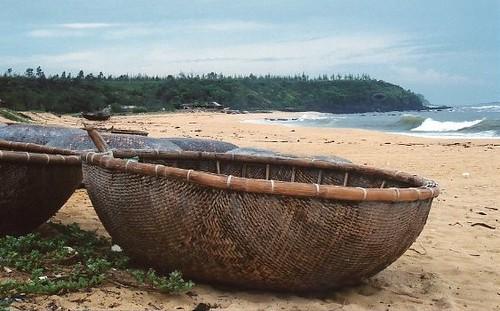 Vietnamese fishing boats the odd shaped round fishing for Round fishing boat