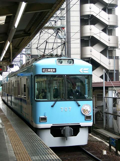Im Stadtbereich von Kyoto fährt die Keihan Keishin Line auf den vorhandenen U-Bahn-Gleisen und benutzt dementsprechend die Hochbahnsteige mit. Quelle: 4563_pic auf flickr, Creative-Commons-Lizenz.