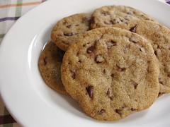 Chocolate chip (sort of) whoppers / Cookies crocantes com gotinhas de chocolate | by Patricia Scarpin