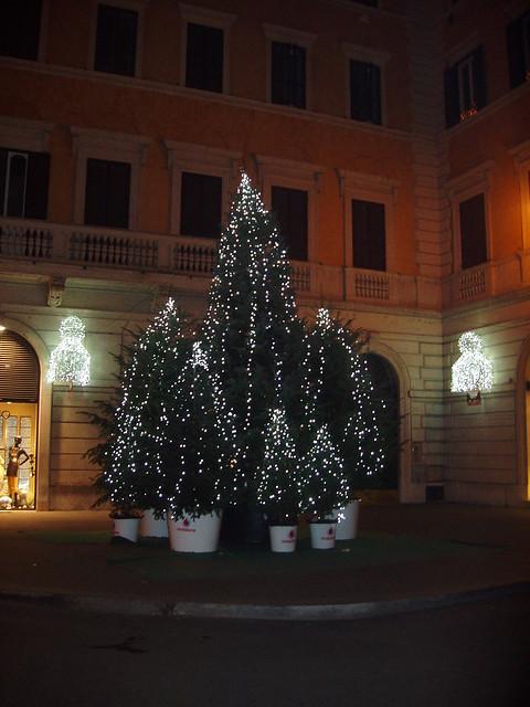 Rome christmas trees at corner via condotti via del for Corner via del corso roma