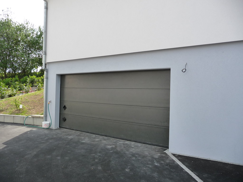 Porte sectionnelle breda persus ral 7022 for Appoggiarsi all aggiunta al garage