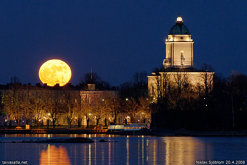 Moonrise over Suomenlinna | by taivasalla