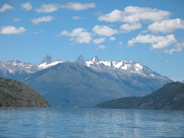 De fondo las montañas y los glaciares