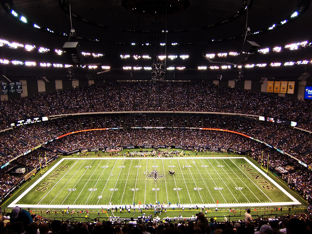 Inside the superdome nfl new orleans saints defeat the for Hotels near mercedes benz superdome new orleans la