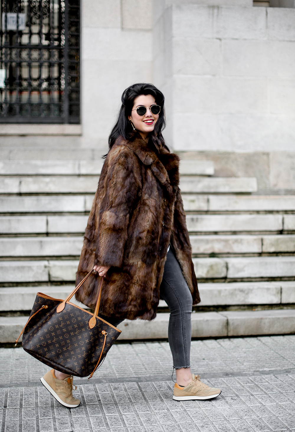 vintage-fur-coat-saucony-sneakers-look-myblueberrynightsblog10