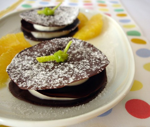 Chocolate discs with orange cream and marinated oranges / Discos de chocolate com creme de laranja e laranjas marinadas | by Patricia Scarpin
