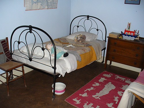 1940`s childrens bedroom | notice the pot under the bed ...