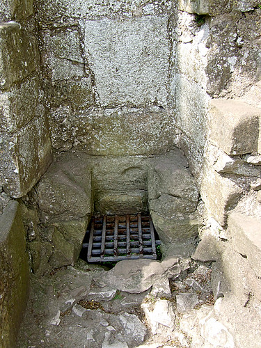 Norman angevin garderobe peveril castle early for Garderobe job