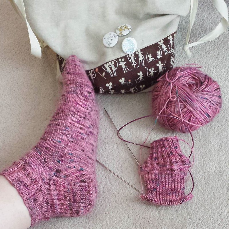 About to turn the second heel finally. It's been hard to knit as slow as I have been, no pain makes it worth it though 😊 #knittersofinstagram #socktawk #operationsockdrawer #craftastherapy