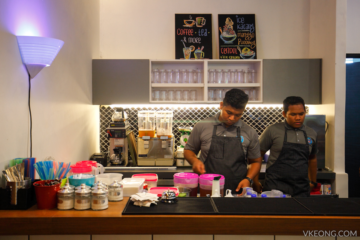 MakeMake Cafe Dessert Counter
