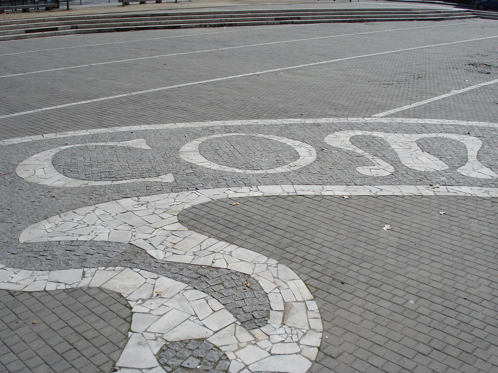 El escudo de la complutense por los suelos mosaico con for Suelo 3d madrid
