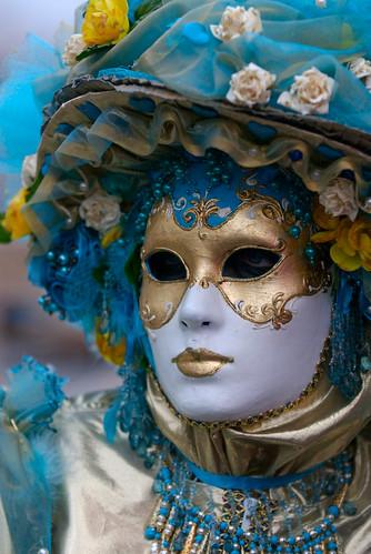 Maschera pugliese tipica del Carnevale di Putignano, Farinella viene oggi rappresentata con un abito multicolore ed un cappello che ricorda quello di un giullare. In passato i colori caratterizzanti erano invece il rosso e il blu, simboli della città, ed il suo cappello presentava tre punte, allegoria dei tre colli sui quali sorge Putignano.