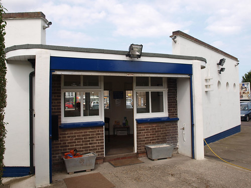 Art deco railway ticket office 3 opposite ramsgate for Bureau antonym