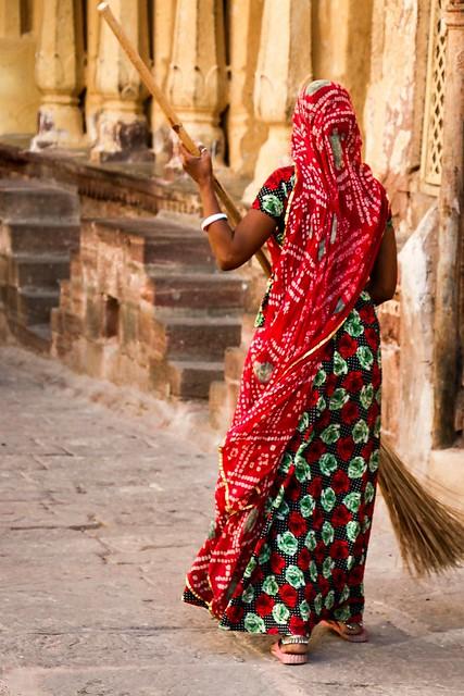 A woman sweeping road in Mehrangarh Fort, Jodhpur, India ジョードプル メヘラーンガル・フォート内で掃き掃除をする女性
