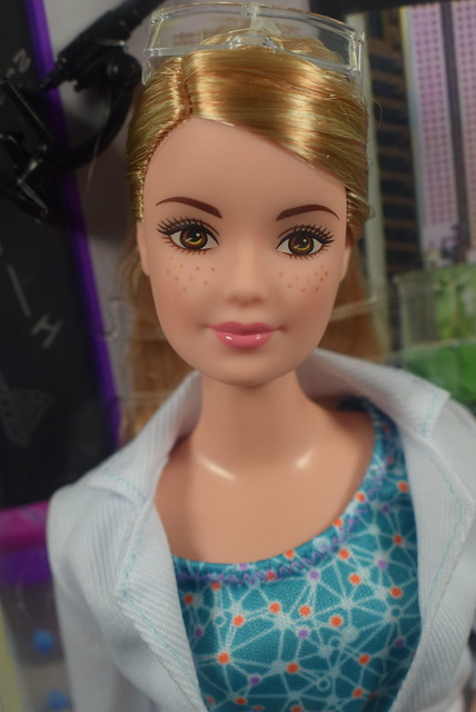 2016 Barbie Scientist DVF60 (1)
