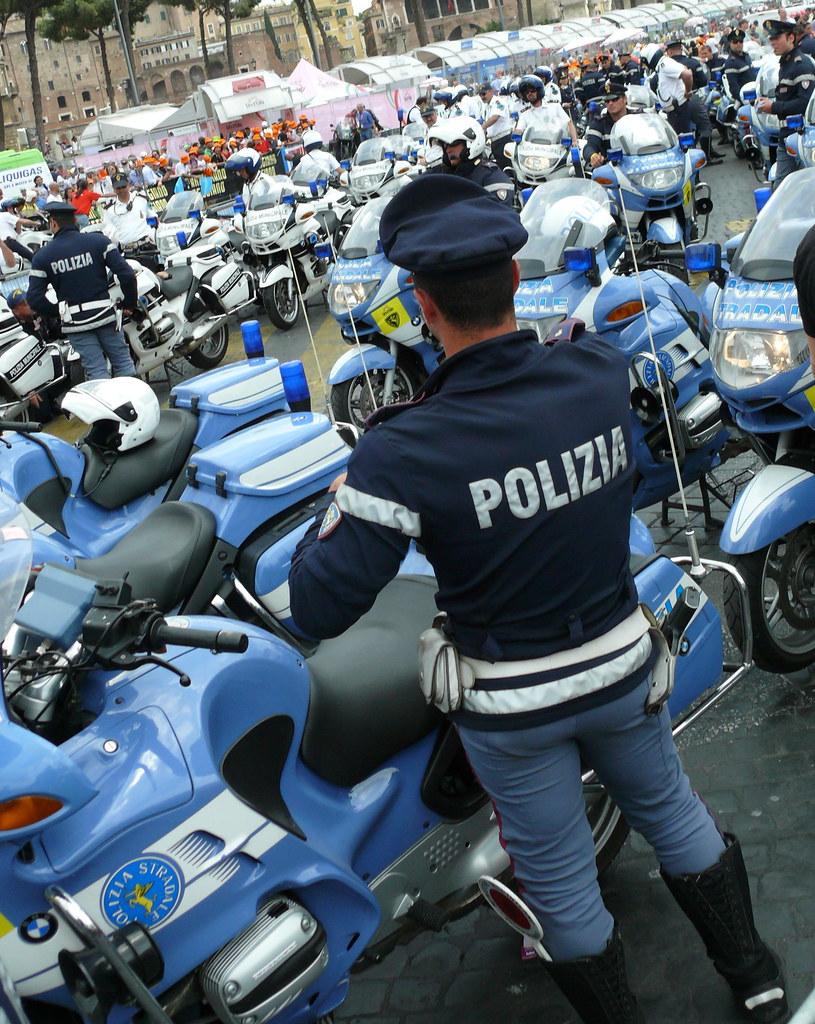 Polizia di stato italian motorcycle police giro d for Polizia di stato roma permesso di soggiorno