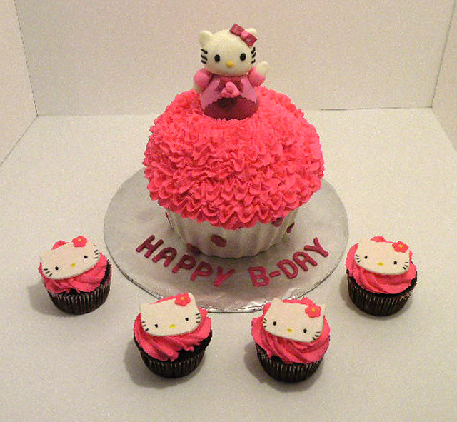 hello kitty cake hello kitty cupcake cake the bottom half of the 4781