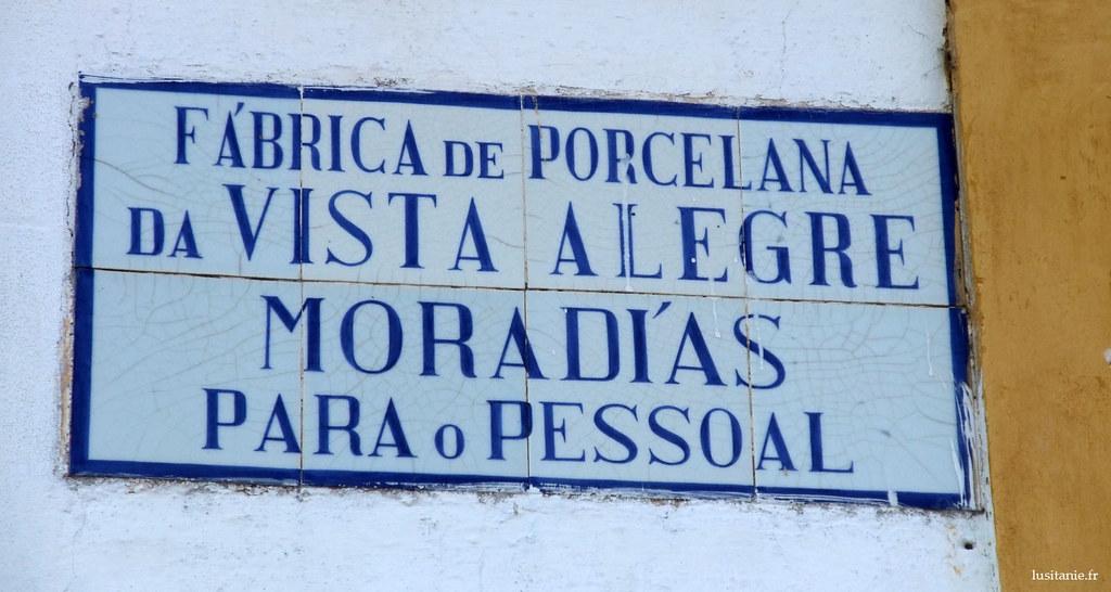 Comme cette plaque lindique, bon nombre des logements de Ilhavo sont des maisons d'employés de Vista Alegre