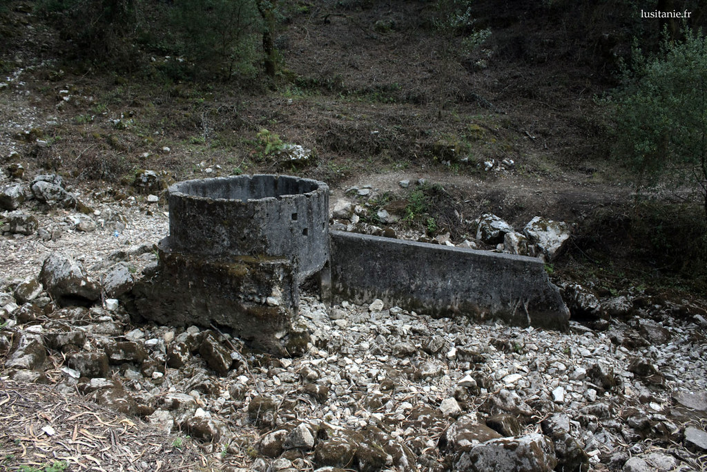 Nascente do Lis : socle marquant la naissance de la source