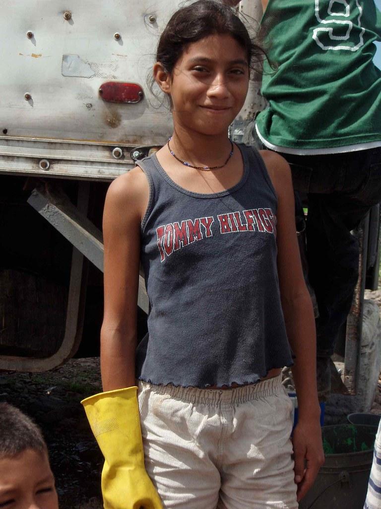 Jovencita Trabajando Como Comprador De Pescado - Young Gir -2643