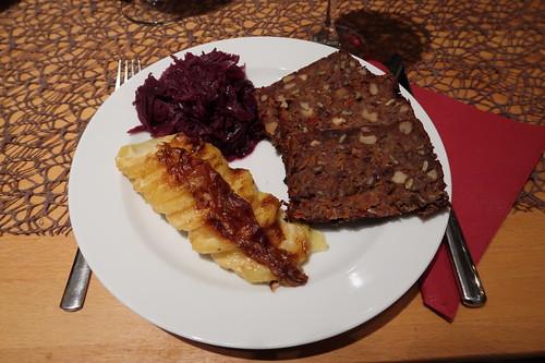 Linsenbraten mit Kartoffelgratin und Rotkohl