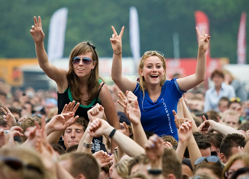 Parkpop 2009 - The girls in the crowd | by Haags Uitburo