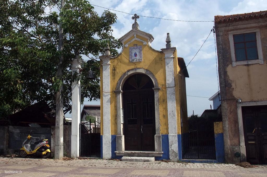 Petite chapelle jaune et bleue