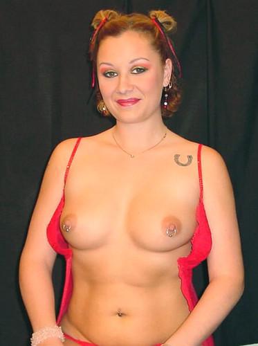 Julianne en los pezones desnudos