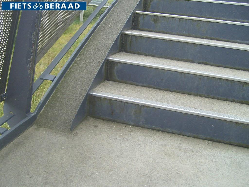 Toegang tot fietsbrug via trap met fietsgoot amsterdam. neu2026 flickr