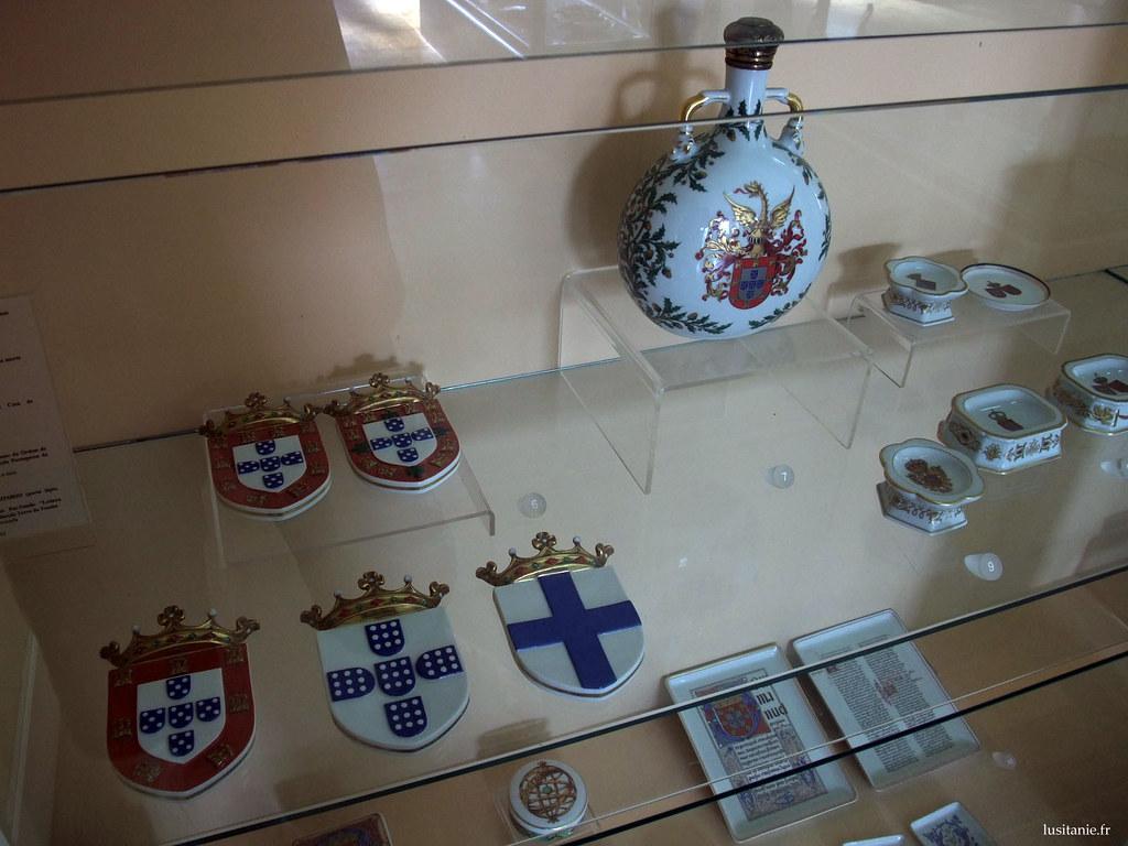 Blasons de porcelaine, aux armes de la couronne du Portugal