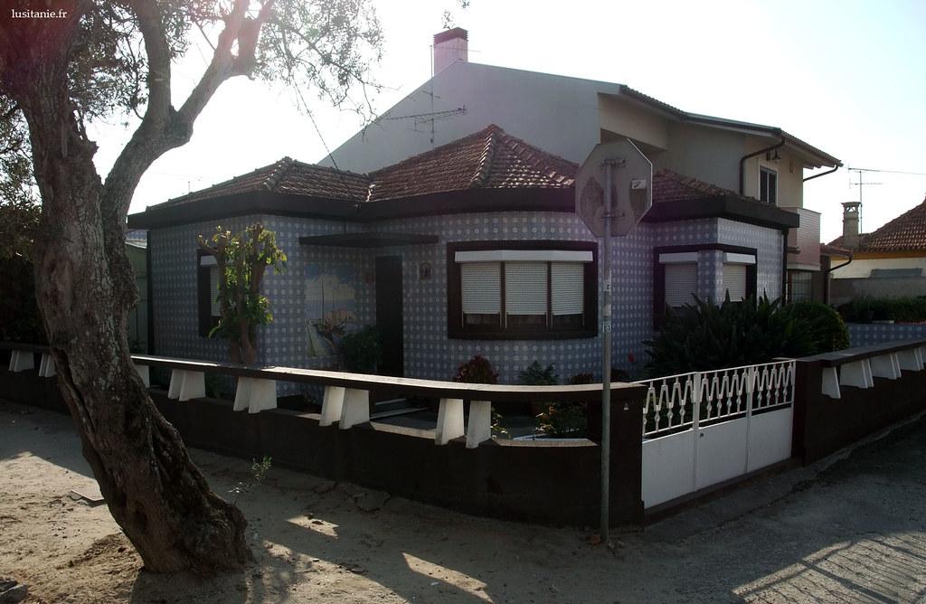 Une maison comme tant d'autres : observez les azulejos près de la porte