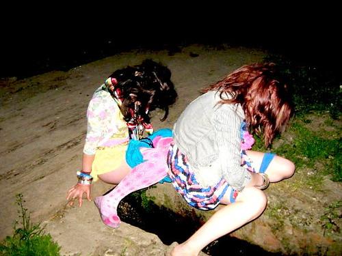 streams Girls peeing