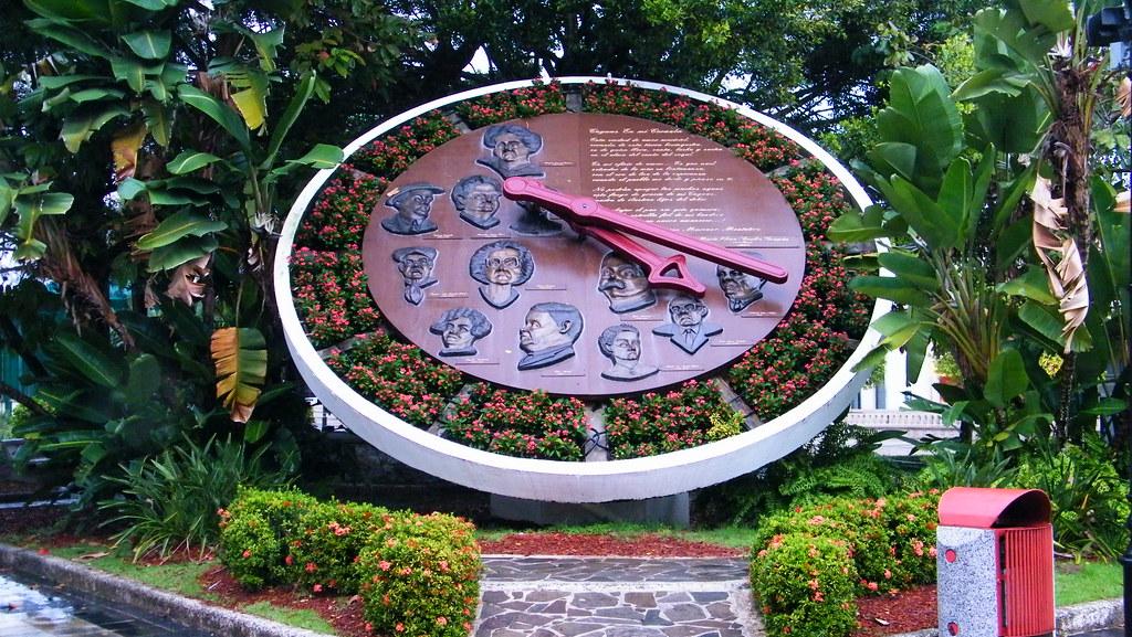 Reloj de flores en la plaza de recreo de Caguas Puerto Ric