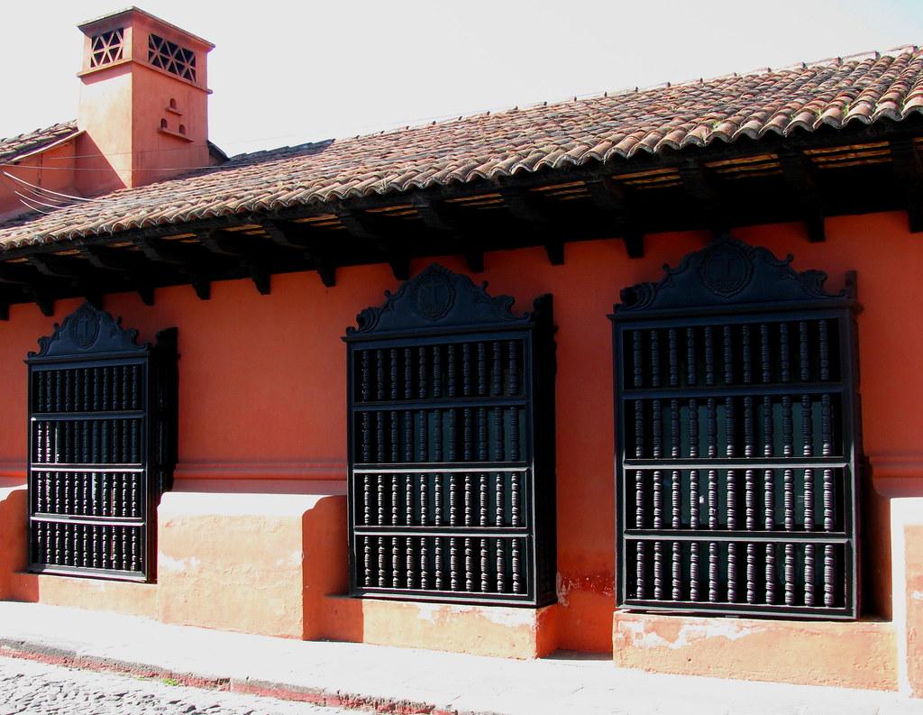 Casa colonial con balcones de madera torneada antigua gua - Balcones de madera ...