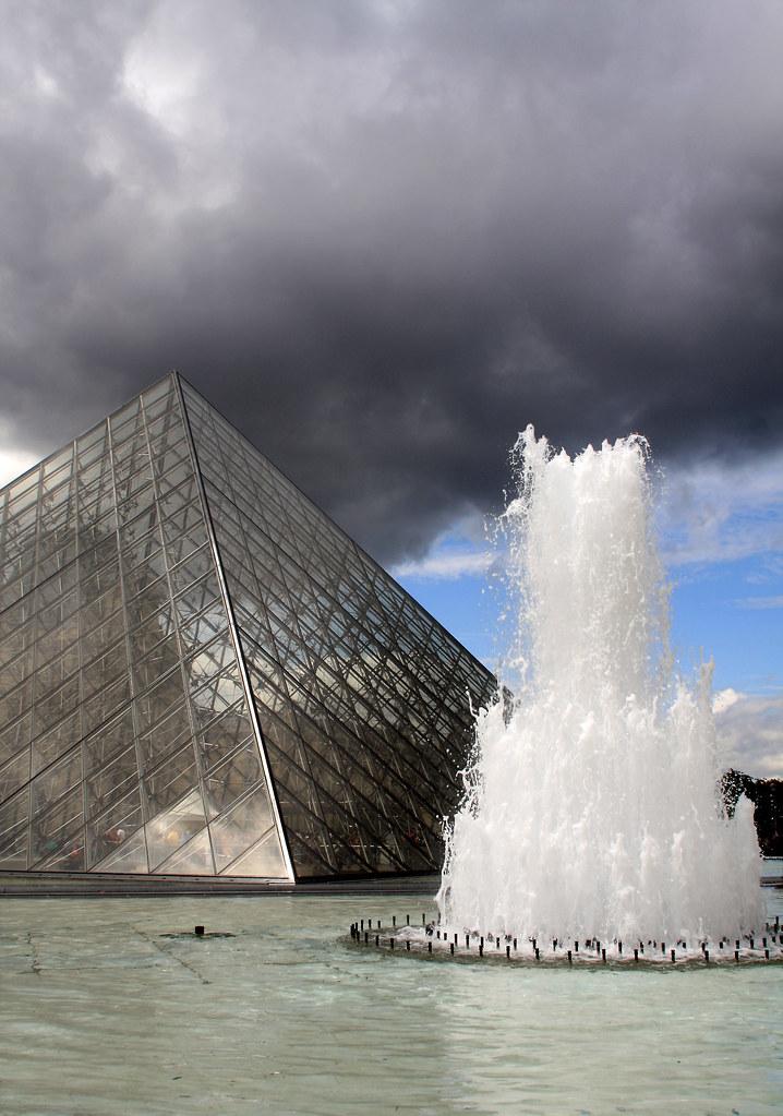 De glazen piramide in 1981 werden de eerste plannen gemaak flickr - Glazen ingang ...