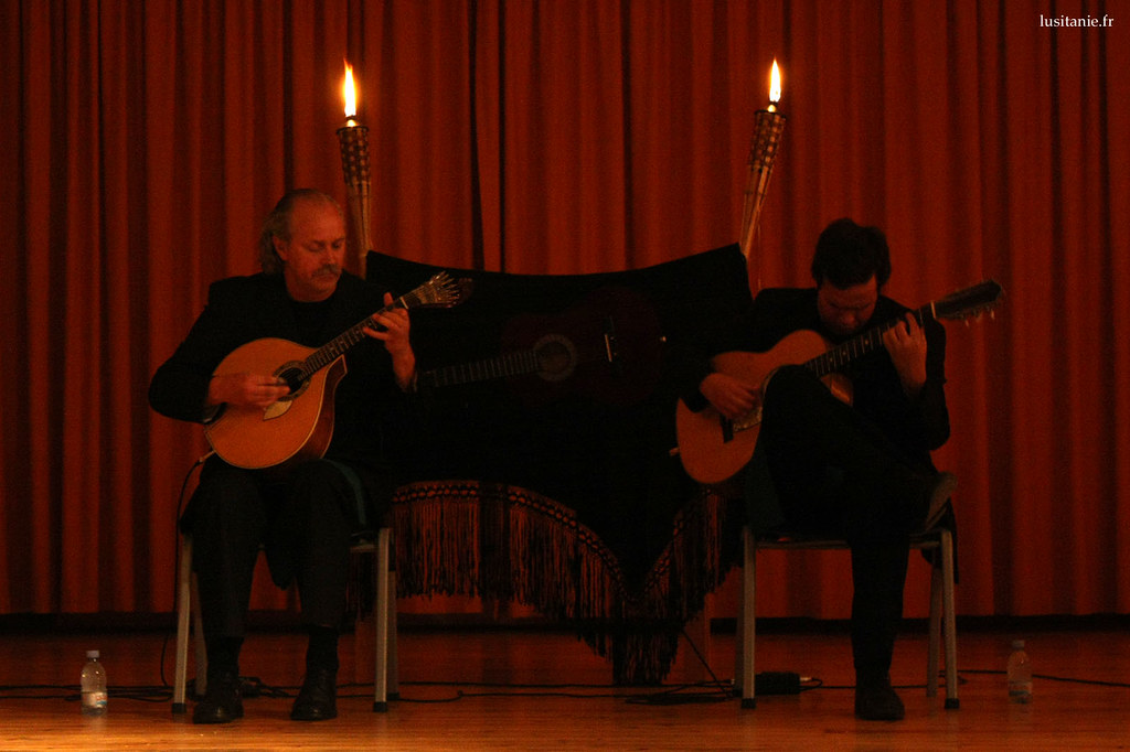 Une guitare portugaise à gauche, une guitare classique à droite