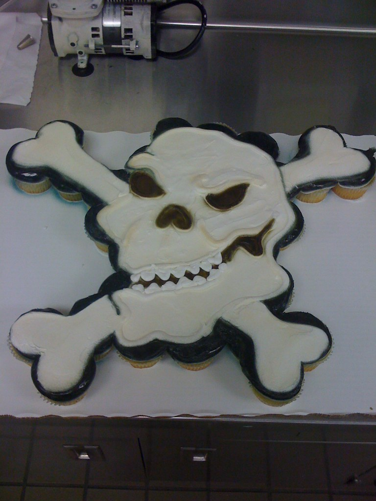 36 Ct Skull Amp Cross Bones Cupcake Cake For A Pirate