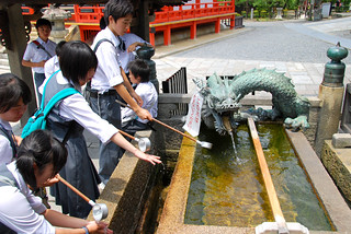 schoolkids washing before entering kiyomizudera, kyoto | by hopemeng