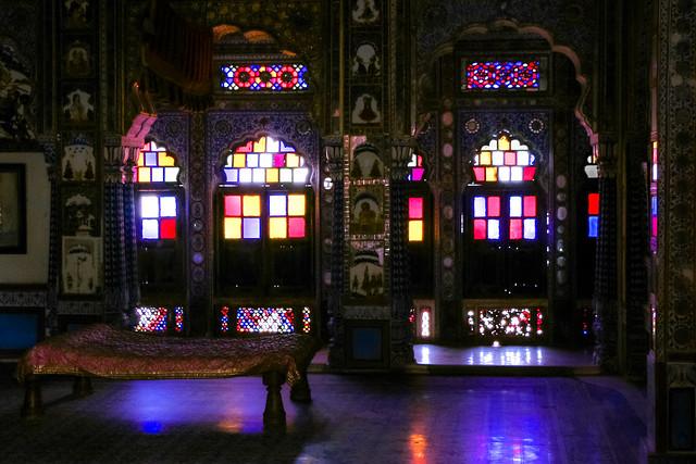 Stained glass windows in a Palace of Mehrangarh Fort, Jodhpur, India ジョードプル メヘラーンガル・フォート内宮殿のステンドグラス