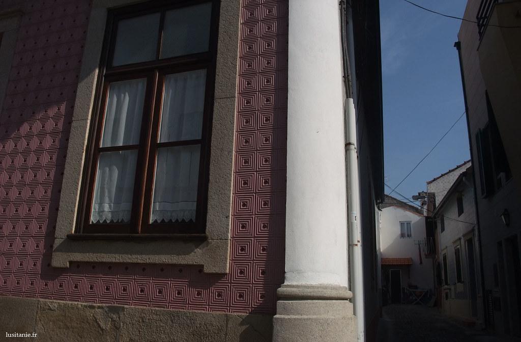Azulejos en relief, pour cette maison de Ilhavo