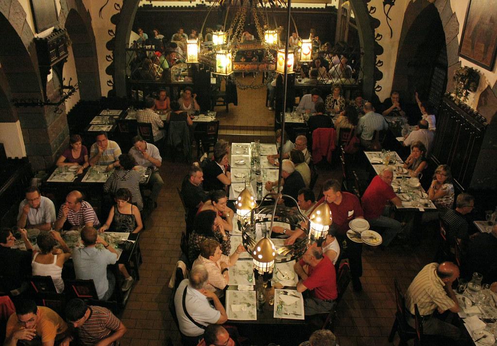 Cervecería U fleku – Praga 09 | Uno de los salones de la ... Cantando
