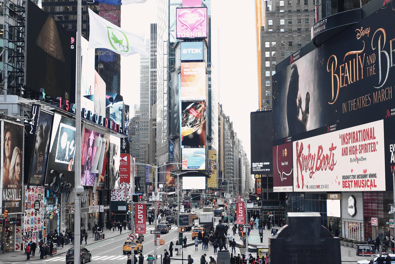 2023-timessquare-nyc-newyork-nyfw-newyorkfashionweek-newyorkcity-clothestoyouuu-elizabeeetht