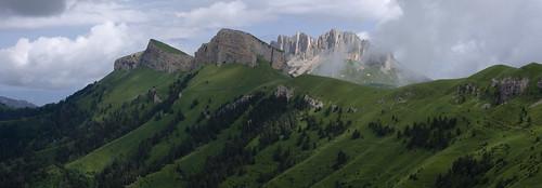 Гора Малый Тхач на фоне горы Большой Тхач. Россия.
