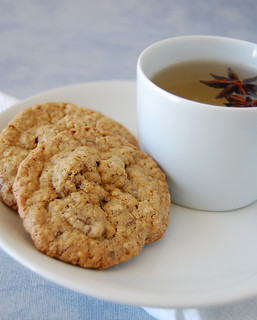 Oatmeal cookies with golden raisins and milk chocolate chips / Cookies de aveia com passas e chocolate ao leite | by Patricia Scarpin