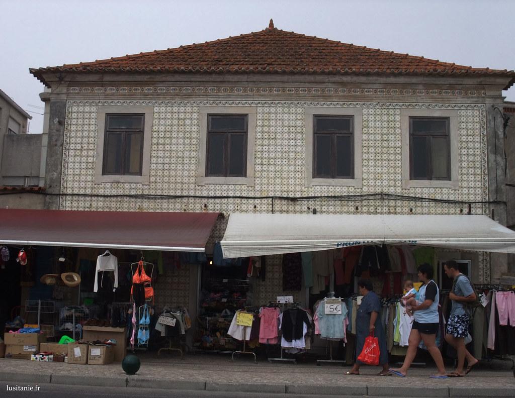 Une ancienne maison toute recouverte de azulejos, avec sa boutique au rez-de-chaussée