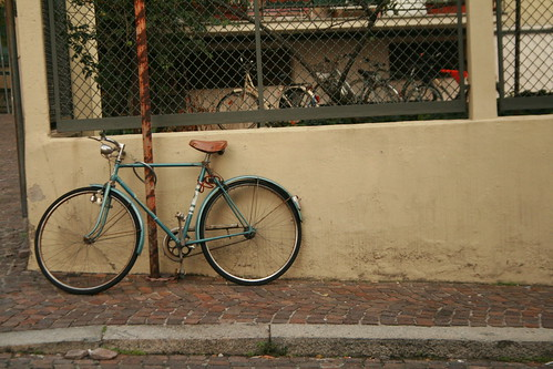 "Foto ""Ma dove vai, bellezza in bicicletta"" by betulì - flickr"