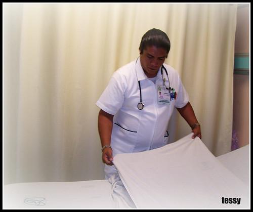 estudiante del conalep en un tendido de cama hospitalaria